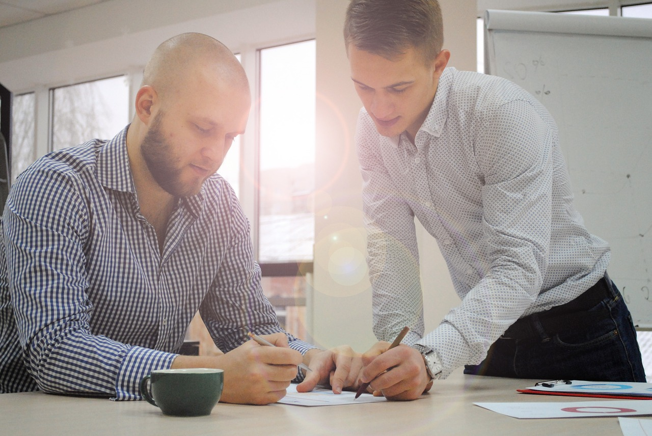 How to ask the right sales questions - a sales representative helps a customer
